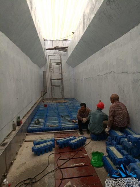 P80821 182525 488x650 - 帅一环保反硝化滤池气水分布系统(滤砖)安装现场照片